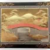 Gr. Fotoalbum Lack/Leder u.a., Asien, um 1900 Dekorativer japan. Lack-Einband m. goldener Malerei einer Brücke m. Kiefern u. Bergansicht.  Aufrufpreis:150 EUR