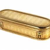 """Golddose Länge: 9,6 cm. Höhe: 2,4 cm. Tiefe. 3,4 cm. Gewicht: 118 g. Goldstempel und Meisterstempel """"Pierre L. Joitteau"""" (seit 1773). Schätzpreis:12.000 - 15.000 EUR"""