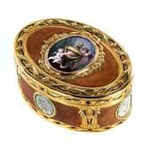 """Museale außerordentlich elegante und qualitätsvolle Golddose """"En trois couleurs"""" Höhe: 3,6 cm. Länge: 8,3 cm. Tiefe: 6 cm. Schätzpreis:38.000 - 42.000 EUR"""
