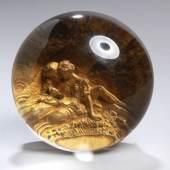Pinchbeck-Glas-Paperweight, wohl Frankreich, um 1850, kupferummantelter Rundstand, darin gold wirkende, aus einer Metall-Legierung gefertigte Paarszenerie... Mindestpreis:250 EUR
