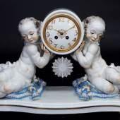 """SCHEURICH, Paul. Große Porzellankaminuhr """"Uhr von zwei Putten getragen"""" (Originaltitel).  Mindestpreis:2.900 EUR"""