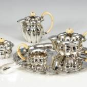 6-teiliges Kernstück, JOSEF HOFFMANN - WIENER WERKSTÄTTE. A Viennese Silver 6-Piece Coffee- and Tea-Set by Wiener Werkstätte, designed by Josef Hoffmann. 1922 or later, minimal cracks from drying in the ivory, one small dent on the bottom of the coffee pot.Zuschlagspreis:39.000 EUR