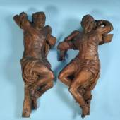 Die zwei Schächer Holz, gehöhlt, braun gebeizt, H= 86/89 cm, 17. Jh., leicht besch. u. wurmstichig Mindestpreis:1.000 EUR