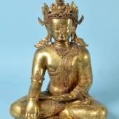 Sitzender Crown-Buddha (wohl Tathagata Aksobhya) Kupfer, mehrfach feuervergoldet, reich strukturiertes u. graviertes Dekor, Krone mit relief. Garuda-Kopf, Verzierungen mit Halbedelsteinen, H= 48 cm, Tibet, wohl um 1800, Mindestpreis:20.000 EUR