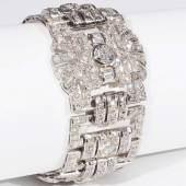 Armband mit Diamanten, Art Déco um 1930. Platin, geprüft. Besetzt mit: 1 Altschliffdiamant ca. 0,98 ct., 1 Altschliffdiamant ca. 0,73 ct., 1 Altschliffdiamant ca. 0,62 ct. Und 18 Diamanten im Baquettschliff, zusammen ca. 1,4 ct. und 393 Diamanten, meist Altschliff, unterschiedliche Qualtitäten, ca. 1,4 ct., Gesamtgewicht des Armbandes ca. 73 Gramm, Länge 18 cm, Breite 3,5 cm. Wiederbeschaffungswert : Euro 26.500.  Mindestpreis:9.000 EUR