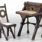 Bugatti-Schreibtisch mit Stuhl im maurischen Stil Mailand, um 1900. Entwurf: Carlo Bugatti. Ebonisiertes Holz. Pergament. Zinn.  Zuschlagspreis:8.000 EUR
