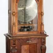 """Standautomat Polyphon No. 54, """"Mikado"""", Leipzig um 1895 Gewerbliches Plattenspielgerät in zweiteiligem Nussbaumgehäuse mit Unterschrank, Schätzpreis:6.000 - 9.000 EUR,"""