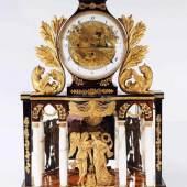 """Säulenuhr mit Figurenautomat """"Schmied und Schleifer"""", Österreich um 1810. Dreifach verspiegeltes architektonisches Holzgehäuse, Obstholz, furniert, oberer Abschluß mit Adlerbekrönung.  Mindestpreis:1.200 EUR"""