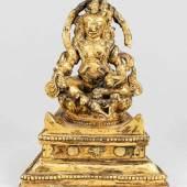 Vaishravana, Tibet, wohl 18. Jh., Bronze Feuer-vergoldet. Mehrfach profilierter, sich nach vorne hin verbreiternder Sockel. Sitzend auf einem runden Lotusthron. Mindestpreis:1.900 EUR