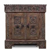 Seltener, musealer Sakristeischrank,  In neuerer Zeit wurde der Schrank innen aufwändig mit Sackleinen tapeziert. H 199,8 cm, B 192 cm, T 67,3 cm. Zustand B/C. € 2000
