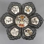 Shibayama-Schale, Silber, Japan, wohl spätes 19. - 1. H. 20. Jh. Korbschale aus 6 spitzbogigen Elementen um das kreisförmige Zentrum  Schätzpreis:1.600 EUR