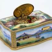 Singvogel-Automat Rechteckiger Korpus mit ausschwingender Wandung aus vergoldetem Metall.Aufrufpreis:800 EUR