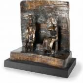Henry Moore Two seated figures against wall Bronze mit goldbrauner Patina auf Holzsockel. (1960). Ca. 50 x 49 x 25 cm (ohne Sockel). Einer von 12 nummerierten Güssen. Mit eingeschlagener Signatur an der rechten Plinthenkante. Mindestpreis:100.000 EUR Aufrufpreis:100.000 EUR Schätzpreis:120.000 - 150.000 EUR