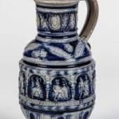 """Krug mit Bauerntanz Westerwald, Relief datiert """"1596"""" Graues, teils kobaltblau bemaltes Steinzeug, Schätzpreis:1.500 - 2.500 EUR"""