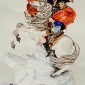 """Große Reiterplastik """"Napoléon Bonaparte zu Pferd beim Überschreiten der Alpen am Großen Sankt Bernhard"""". Modell Nummer 9950. Entwurf von Otto Perzel (1876 - 1963 Coburg)  Mindestpreis:900 EUR"""