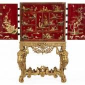 """William III-LackKabinett Maße inkl. Stand: 164 x 98 x 76 cm. Altes Etikett mit Monogramm """"CES"""" und Vermerk """"Ascott Lodge"""". England, um 1690. Schätzpreis:70.000 - 90.000 EUR"""