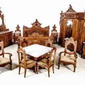 Höchst seltenes museales vollfigürliches Schlafzimmer der Gründerzeit. Nussbaum, massiv und furniert, um 1880/1890, ursprünglich aus fürstlichem Besitz Mindestpreis:29.000 EUR