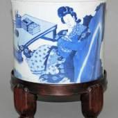 Großer Blauweiß-Pinselbecher mit verträumter Dame, wohl Kangxi-Zeit, China um 1700 Repräsentativer Porzellan-Pinselbecher, Aufrufpreis:2.700 EUR Schätzpreis:3.500 - 4.000 EUR