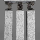 ROWAN GILLESPIE 1953 Blackrock (Irland)  'SOLON'S LAW' (1996)   Bronze, braun patiniert, Kilkenny Limestone (Irisch Blau Kalkstein). 185 x 120 cm.  Mindestpreis:15.000 EUR