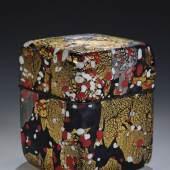 Große Deckeldose Kyohei Fujita, um 1980 Farbloses Glas mit ein- und aufgeschmolzenen Farbkröseln in opakem Blau, Lila, Weiß und Rot. Aufrufpreis:5.000 EUR Schätzpreis:6.000 EUR