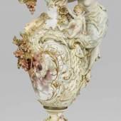 Monumentale Prunkkanne mit reichem plastischen Dekor und Weichmalerei Mindestpreis:65.000 EUR