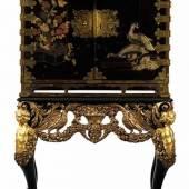 Japanisches Lackkabinett auf Unterbau Höhe: 157,5 cm. Breite des Unterbaus: ca. 99 cm. Tiefe: ca. 55 cm. Höhe des Kabinettkastens: 78,5 cm. Breite: ca. 92 cm. Tiefe: ca. 51,5 cm. 18. und 19. Jahrhundert.  Schätzpreis:8.000 - 10.000 EUR