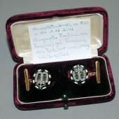 Manschettenknöpfe mit Diamanten u. Saphiren, Gold, um 1850 aus Adelsbesitz, Königl. Hofjuwelier Wagner & Sohn, Berlin, in Originalschatulle Aufrufpreis:300 EUR Schätzpreis:400 - 600 EUR