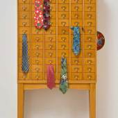 Kathryn Andrews Ohne Titel (Clown Cabinet) Kabinettschrank, 2-teilig, 6 Seidenkrawatten, Porzellanteller. (2012). Ca. 192 x 116 x 25 cm. Mindestpreis:45.000 EUR Aufrufpreis:45.000 EUR Schätzpreis:50.000 - 60.000 EUR