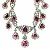 Rubin-Diamantcollier und Ohrhänger Halsweite: ca. 41,5 cm. Länge Mittelteil: ca. 4,5 cm. Schätzpreis:250.000 - 300.000 EUR