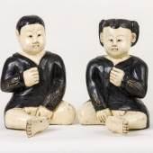 Paar Kinder Holz, vollrund geschnitzt, weiß und schwarz gefasst. Mindestpreis:450 EUR