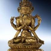 Avalokiteshvara Höhe: 21,5 cm. Bodenseitiges Sammlungsetikett Sino-tibetisch, 15. Jahrhundert. Bronze, gegossen, ziseliert, vergoldet. Schätzpreis:30.000 - 50.000 EUR