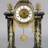 Pendule im Empirestil, wohl Nap. III, Frankreich um 1850-70 Portaluhr aus grünem Marmor, dekoriert mit aufgesetzten Bronzen, das Uhrgehäuse mit Adler und um Tür des Zifferblattes eine Draperie aus Bronze  Mindestpreis:ohne Limit