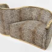 Dalí Vis-à-Vis de Gala Sofa Zweisitzer, Bezug mit Leopardenfellmuster, auf der Lehne geschwungener Messingarm, in Hände mündend. Geringe Gebrauchsspuren. H. 84 cm, B. 170 cm, T. 77 cm. Mindestpreis:3.000 EUR