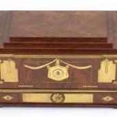 Los 16, David Roentgen und Francois Remond. Schatulle, Louis XVI, um 1785, Furnier Mahagoni und geflammtes Mahagoni, mit ziselierten und vergoldeten Bronze- und Messingverzierungen, Limitpreis:90.000 €