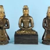 Figurengruppe - Prinzessin Wen ch'cheng mit 2 Ministern 3 Bronzefiguren, Gesichter mit Bemalung/Kaltvergoldung, sitzende Prinzessin Wen ch'cheng, Mindestpreis: 60.000 EUR