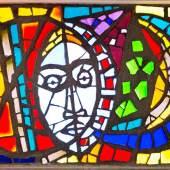 Alfred Wickenburg, Maria zwischen Sonne und Mond, 1960 Originalfenster in der Michaelskapelle des Schlosses Seggau bei Leibnitz, Foto: Helmut Bolesch Dickglas, mit Beton gefasst, 116 × 198 cm