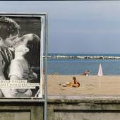 Luigi Ghirri Riviera romagnola 1979 Kodachrome series, colour photograph 23,9 x 30 cm  © Eredi Luigi Ghirri Courtesy Sammlung Goetz, München  Photo: Ulrich Gebert