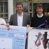 Robert Ketterer (Mitte links) übergibt den KlinikClowns gemeinsam mit Dipl.-Ing. Bernd Sacher, dem glücklichen Sieger des Bietgefechts der Online-Auktion (Mitte rechts), einen Scheck mit der erlösten Summe von € 6.002