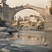 Albert Kahn, Les Archives de la planète Auguste Leon: Bosnien-Herzegowina, Mostar, Alte Brücke, 29. April 1913 © Musée Albert-Kahn, Departement des Hauts-de-Seine