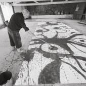 Joan Miró während seiner Arbeit an «Oiseaux qui s'envolent» in Gallifa, 1971 Foto: Francesc Català Roca, © Arxiu Fotogràfic de Barcelona © Successió Miró / 2014 ProLitteris, Zürich