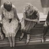 Unbekannt, Vier Studierende auf dem Dach des Bauhauses in Dessau, 1927/28, Silbergelatinepapier, 6 x 10,5 cm, Galerie Kicken Berlin, © unbekannt