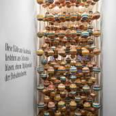Stefan Sagmeister (*1962) & Jessica Walsh (*1986), bemalte Bälle aus Schweinsblasen, 2018/19, © Aslan Kudrnofsky/MAK Wien