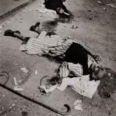 Ryuichi Hirokawa (*1943), Alter Mann mit Gehstock, auf einer Straße liegend, 1982, Silbergelatineabzug, 29,5 x 20,4 cm, © Ryuichi Hirokawa