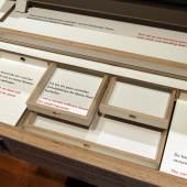 Entwurf: Dominik Lutz, Tischlerei/Ausführung: das kleine b, Möbelmanufaktur Hamburg, Pulttischkommode, Nachbau, 2019 (Detailansicht), Foto: MKG