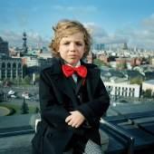 Anna Skladmann, Vadim on his Rooftop, Moskau, 2009, aus der Serie Little Adults, 2008-2010, Archival Pigment Print, 65 x 80 cm, © Anna Skladmann