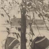 Clarence Hudson White (1871–1925), Boys Going to School, 1908, Heliogravüre, 20,5 x 15,7 cm, MK&G, Public Domain