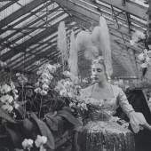 Madame d'Ora (1881-1963), Madame Faure in einem Kostüm von Pierre Balmain, 1953, Silbergelatineabzug, 23,5 x 21 cm, © Museum für Kunst und Gewerbe Hamburg