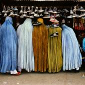 Frauen beim Einkauf tragen die traditionelle Burka, Kabul, Afghanistan, 1992 | Women shoppers dressed in the traditional burka, Kabul, Afghanistan, 1992 © Steve McCurry / Magnum Photos / Agentur Focus