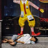 Ein Mann schläft vor einem McDonald's Restaurant, Thailand, Bangkok, 2004 | A man sleeps outside of a McDonald's restaurant, Thailand, Bangkok, 2004 © Steve McCurry / Magnum Photos / Agentur Focus