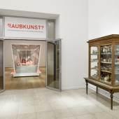"""Eingang """"Raubkunst? Provenienzforschung zu den Sammlungen des MKG"""", Foto: Martin Luther/Dirk Fellenberg"""